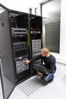 IT Consultant überprüft Server