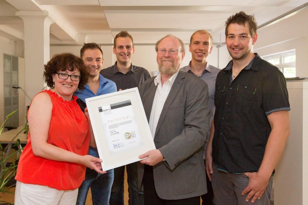 Wolfgang Thierse überreicht Zertifikat
